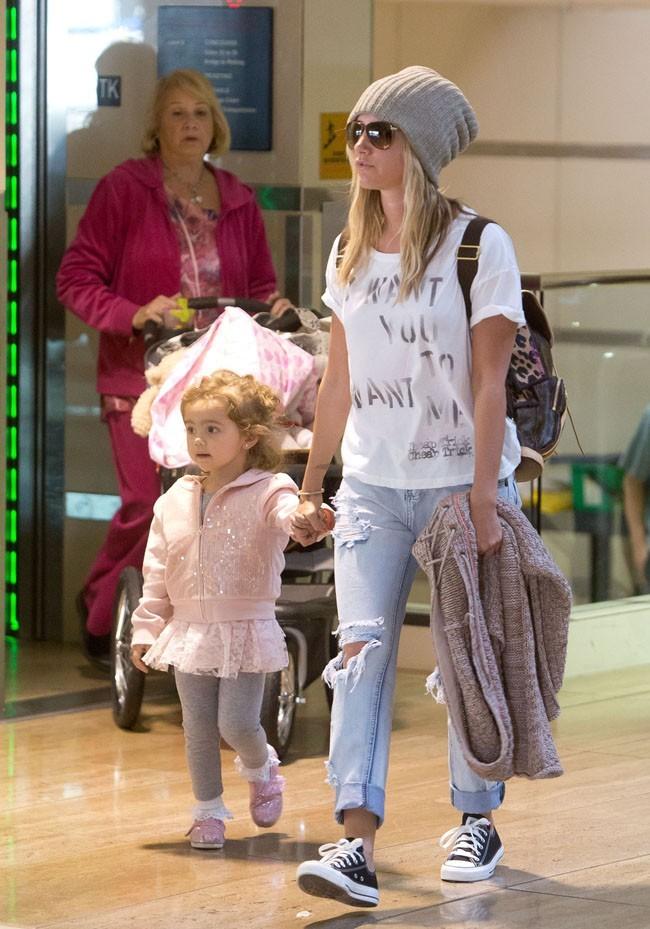 Ashley Tisdale et sa nièce Mikayla à l'aéroport de Los Angeles le 25 novembre 2012