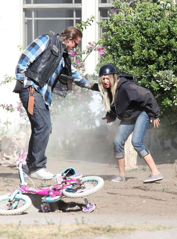 Ashley Tisdale sur le tournage de la série Sons of Anarchy le 25 juin 2012