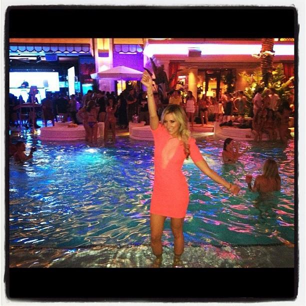 Une soirée piscine, Ashley est trop contente !