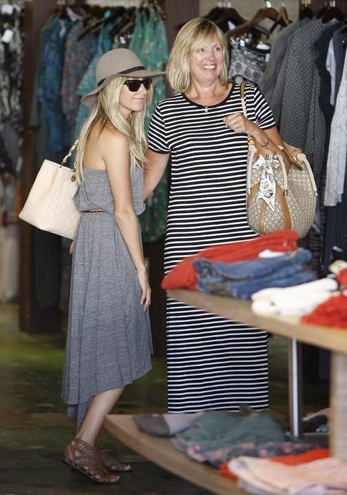 Ashley Tisdale et sa maman en plein shopping chez Planet Blue à Beverly Hills, le 11 août 2011.