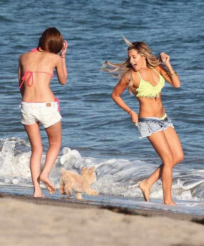 Ashley Tisdale et son chien Maui le 2 juillet 2012 à Malibu