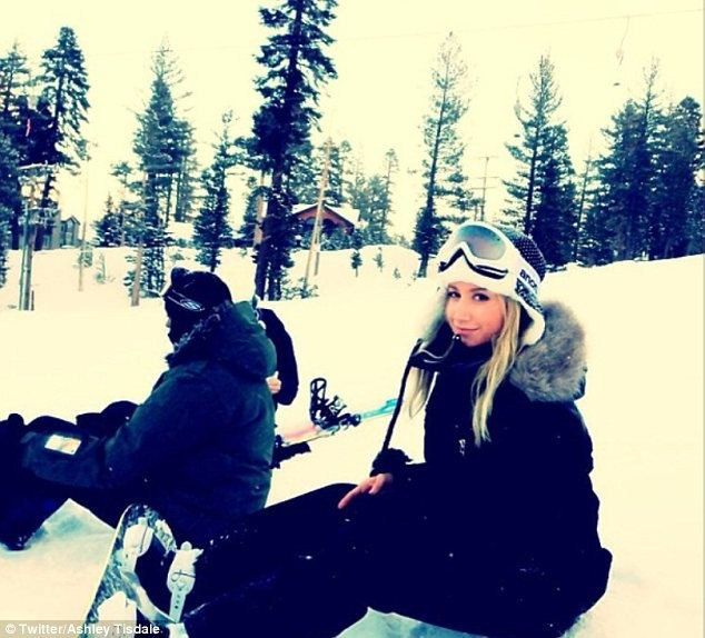 Ashley Tisdale en vacances à Mammoth Mountain...