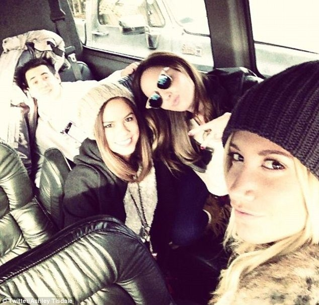 Ashley Tisdale en vacances avec ses amis à Mammoth Mountain...