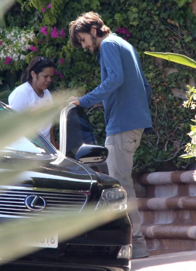 Ashton Kutcher devant la maison de Mila Kunis à Beverly Hills, le 14 juin 2012.