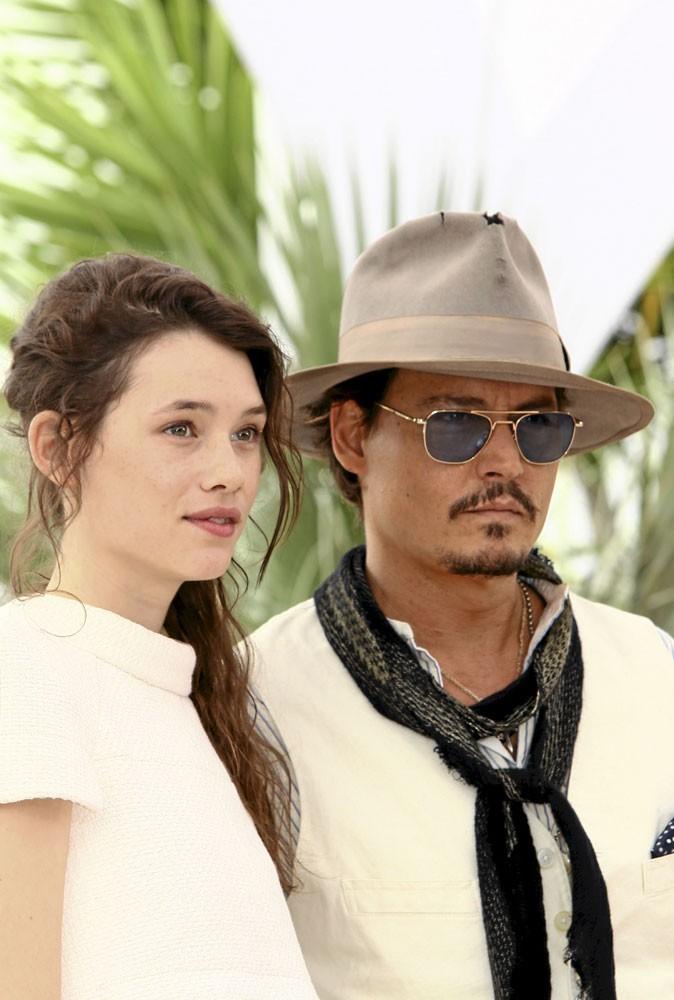 Astrid Bergès-Frisbey et Johnny Depp lors du Festival de Cannes 2011 pour le photocall de Pirates des Caraïbes 4