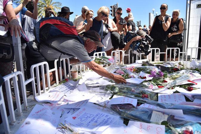 Des centaines de milliers de personnes se recueillent sur la Promenade à Nice