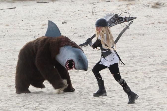 Avril Lavigne sur le tournage de son nouveau clip dans le désert de Palmdale le 26 juillet 2013