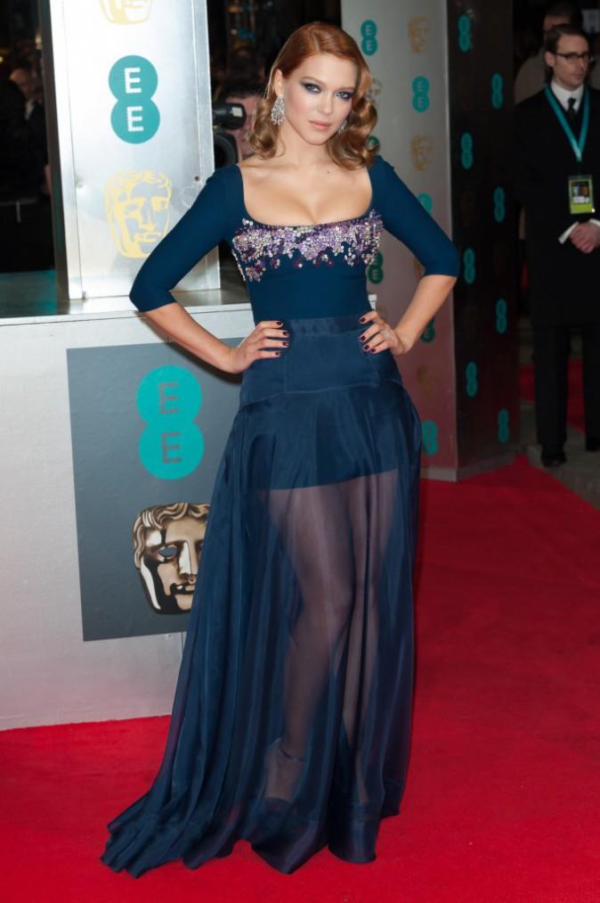 Léa Seydoux était très sexy dans une robe bleu marine Miu Miu