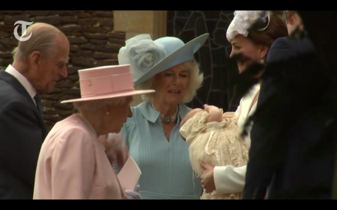 Photos : Baptême de la princesse Charlotte : Adorable dans la même robe de baptême que son frère George !