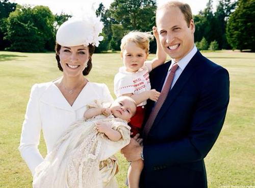 Baptême de la princesse Charlotte : les photos officielles de Kate, William et George comblés !