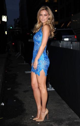 Elle assume en petite robe bleue éléctrique