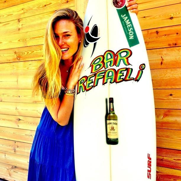 Le meilleur cadeau d'anniversaire pour Bar? Une planche de surf à son nom !