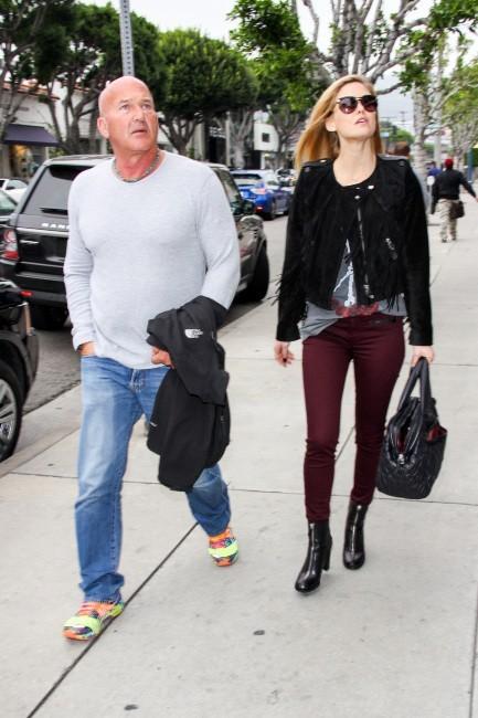 Bar Refaeli et son père le 5 février 2013 à Los Angeles