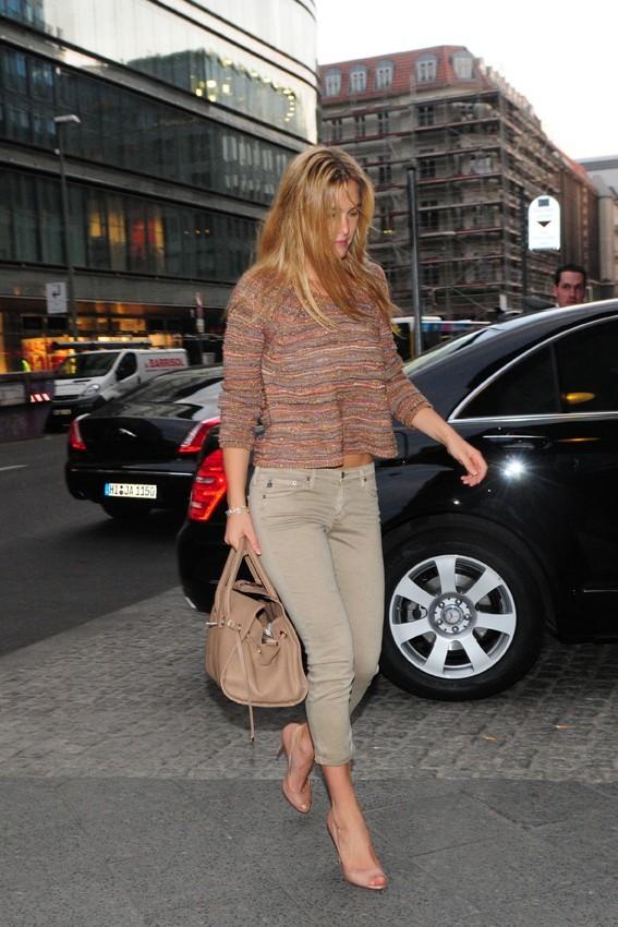 Bar Refaeli sortant de son hôtel à Berlin, le 10 mai 2011.