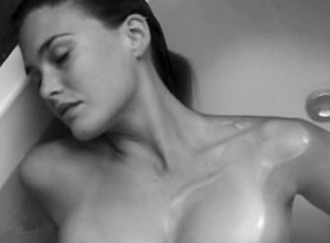 Bar Refaeli nue pour promouvoir la marque Under Me.