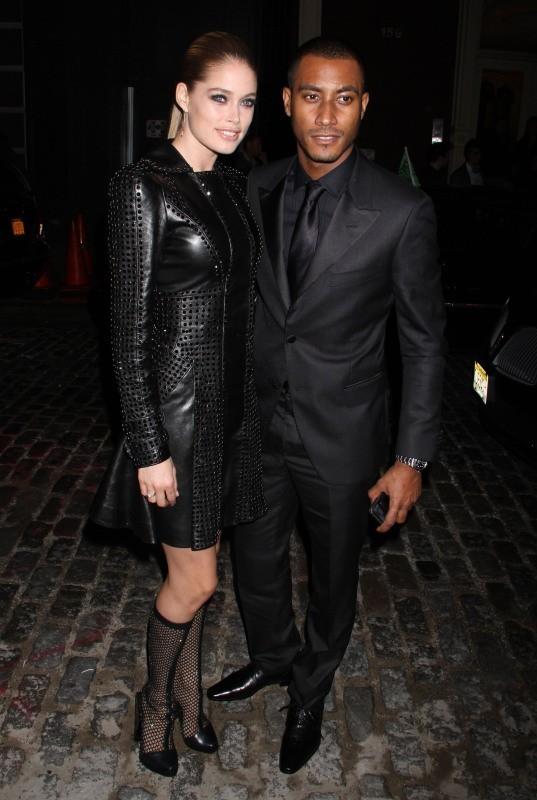 Doutzen Kroes et Sunnery James lors de la soirée d'ouverture de la nouvelle boutique Versace à New York, le 24 octobre 2012.