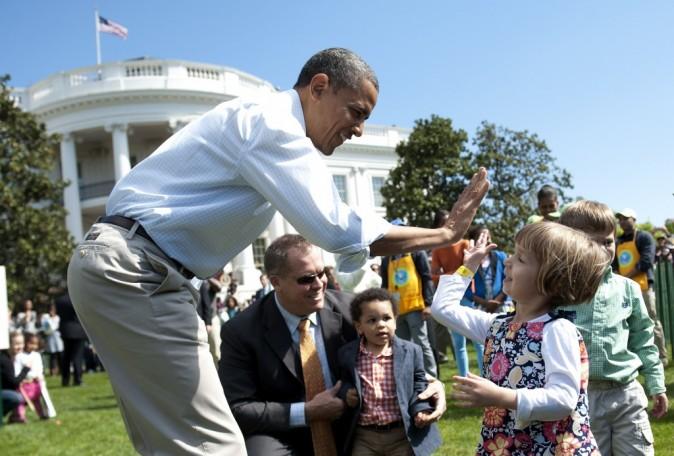 Barack Obama félicite un enfant durant la chasse aux oeufs de Pâques
