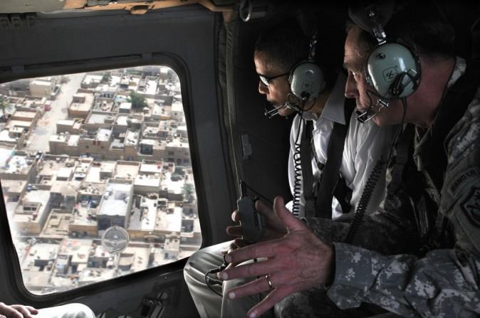 Le général David H. Petraeus offre une vue aérienne sur Bagdad à Barack