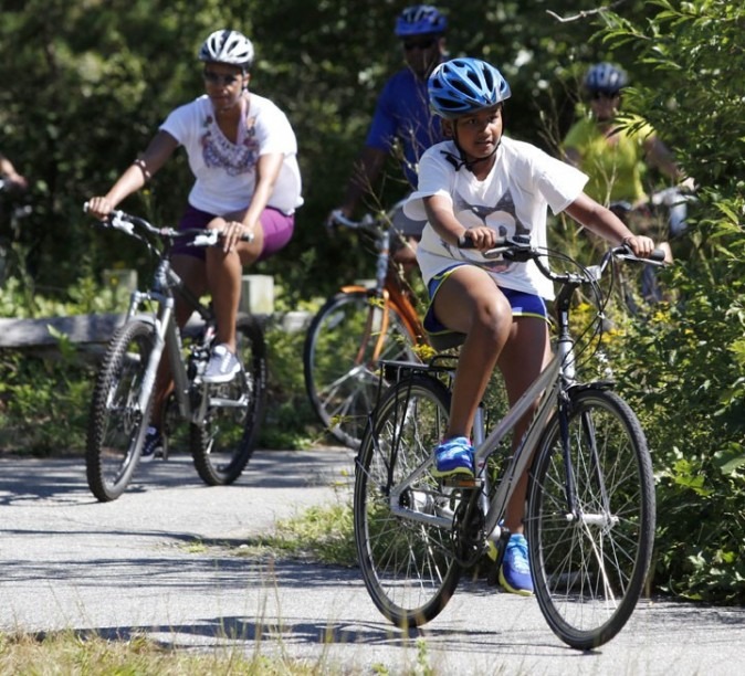 Barack Obama en balade à vélo avec ses filles dans le Massachussets, le 23 août 2011.