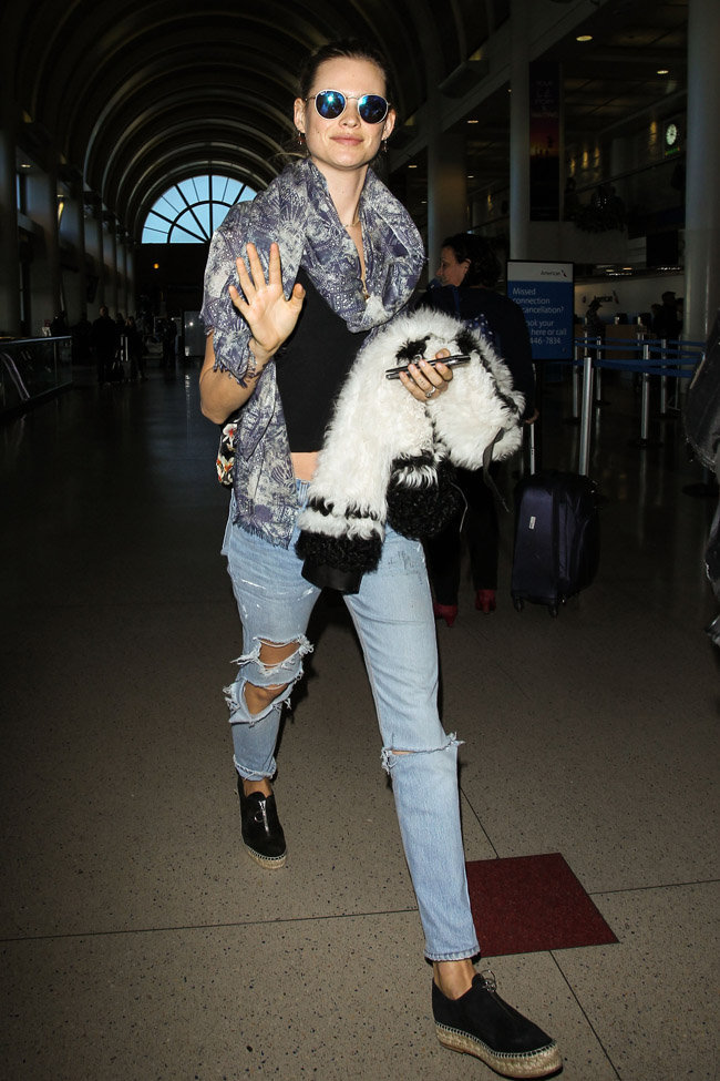 Behati Prinsloo à l'aéroport de LAX le 11 novembre 2015