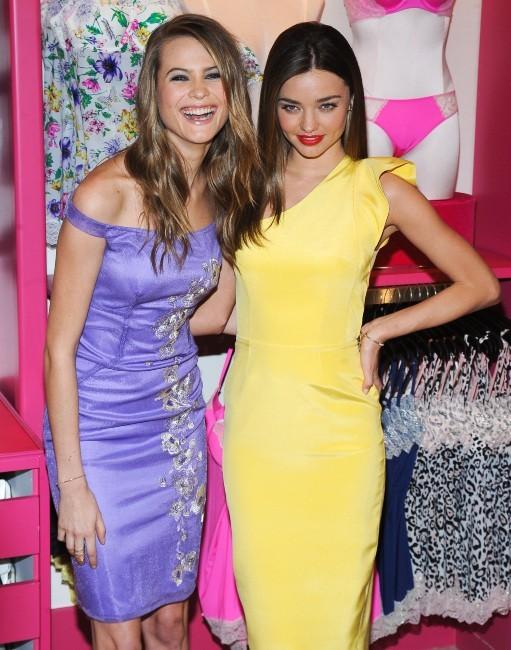 Behati Prisloo et Miranda Kerr en promo pour Victoria's Secret à New York, le 26 février 2013.