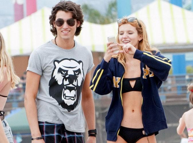 Bella Thorne : toujours aussi canon en bikini, elle s'offre une virée à la plage avec ses amis !