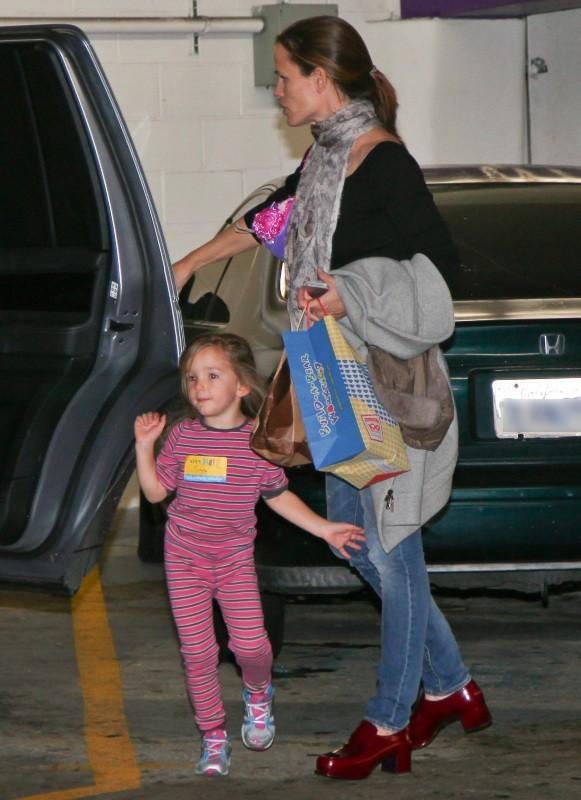 Jennifer Garner et Serafina le 1er décembre 2012 à Westwood