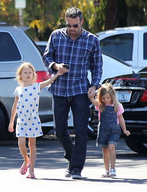 Ben Affleck avec Violet et Seraphina à Brentwood le 12 août 2012