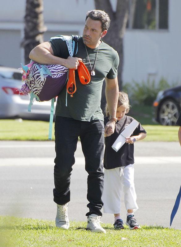 Ben Affleck s'occupe des enfants pendant que Jennifer Garner travaille ! Ça change !