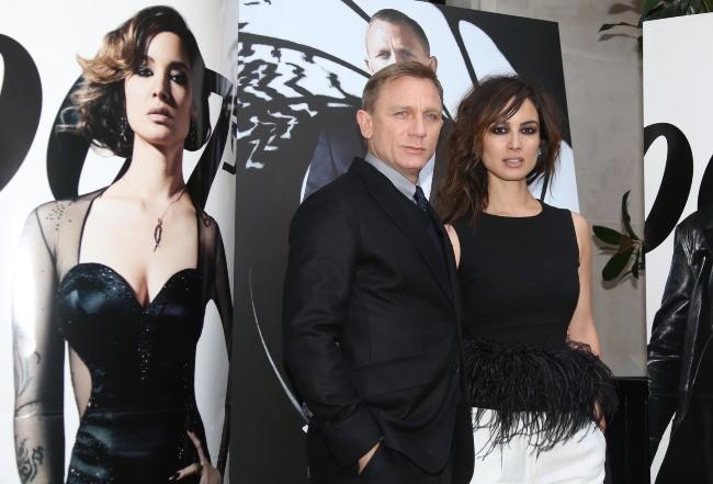 Daniel Craig et Bérénice Marlohe lors du photocall du film Skyfall à Paris, le 25 octobre 2012.