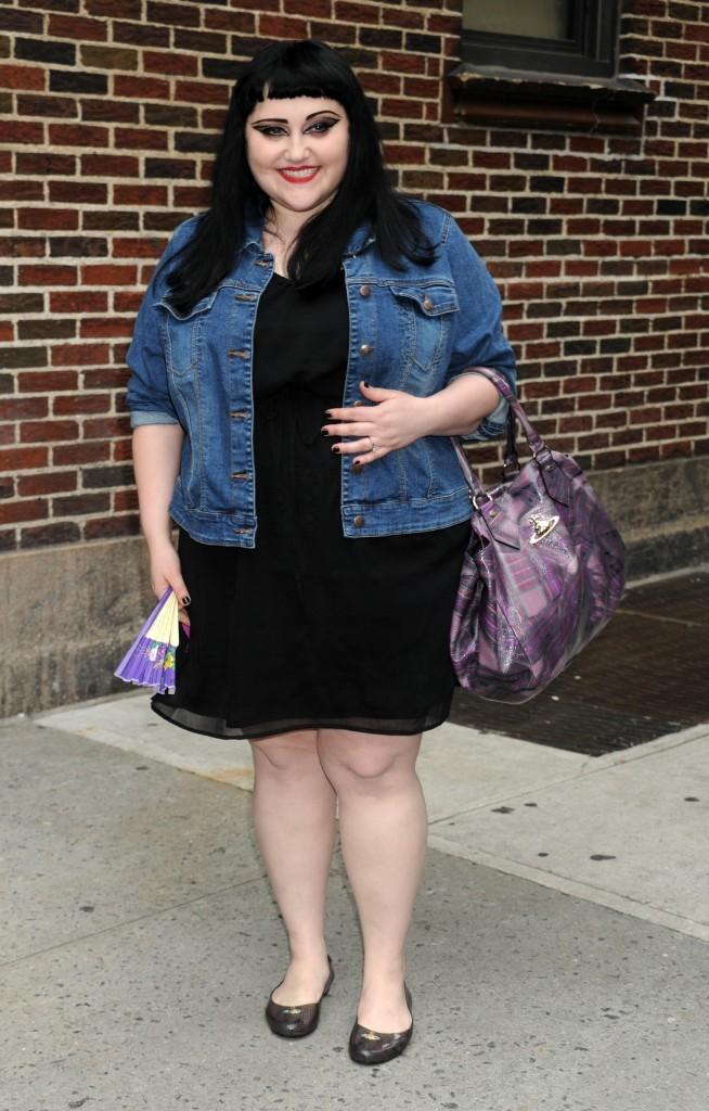 Robe noire, veste en jean, une bonne combinaison !