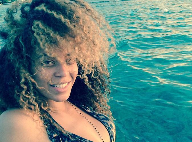 Beyoncé : chevelure XXL et petit bikini pour une virée en mer !