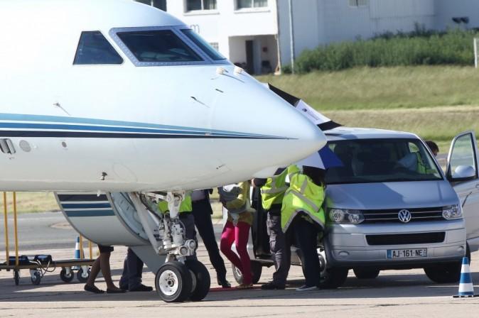 Beyonce et sa fille Blue ivy à l'aéroport du Bourget, le 8 juin 2012.