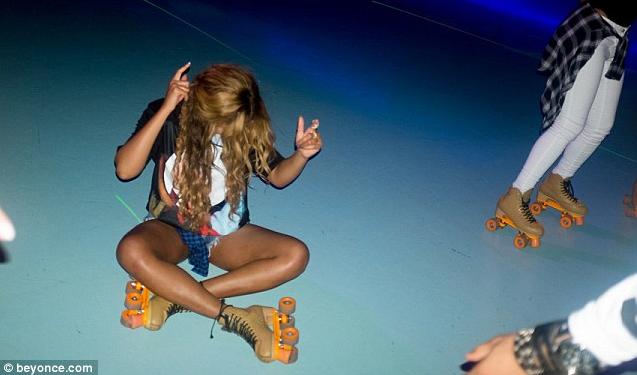 Beyoncé : déchainée sur la piste, elle ne tient plus sur ses patins à roulettes !