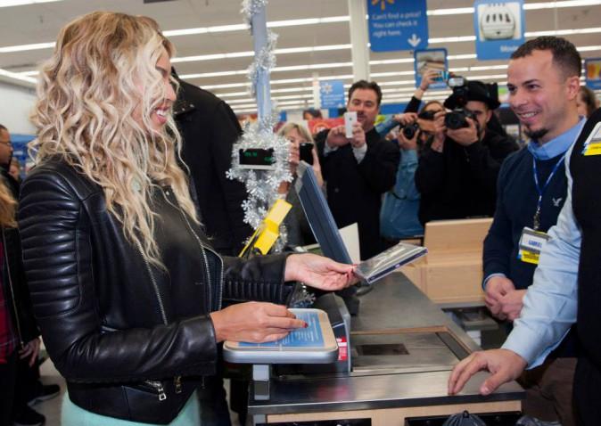 Beyoncé en visite surprise dans un magasin Walmart de Tewksbury, Massachusetts, le 20 décembre 2013