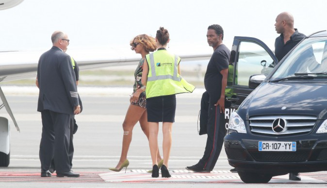 Photos : Beyoncé : gambettes à l'air, la Queen au look stylé quitte Nice pour shopper à Londres !