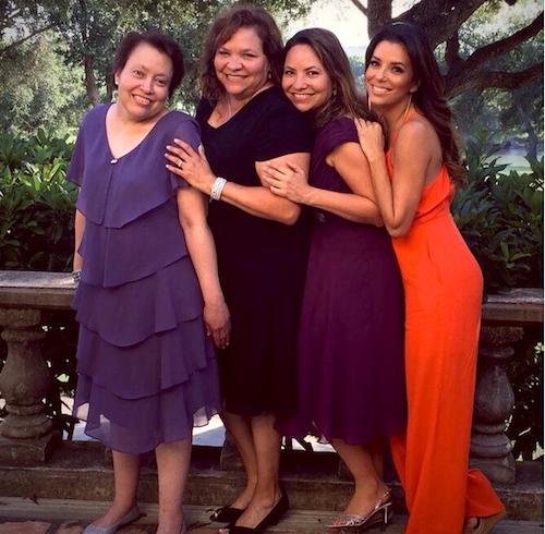 """Eva Longoria rend hommage à ses soeurs: """"Joyeuse fête des mères aux meilleures sœurs du monde. Vous êtes des mères incroyables qui élevez les..."""