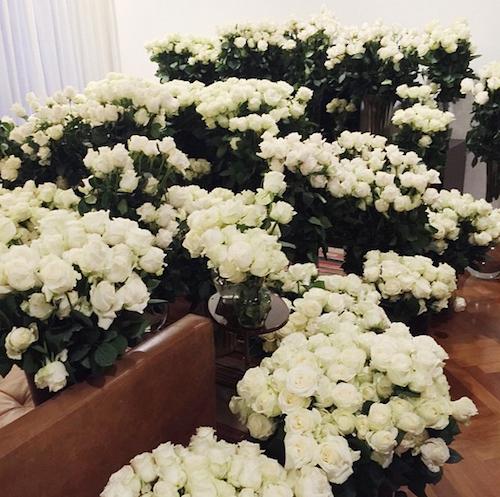 Kim Kardashian couverte de roses blanches par Kanye West pour la fête des mères