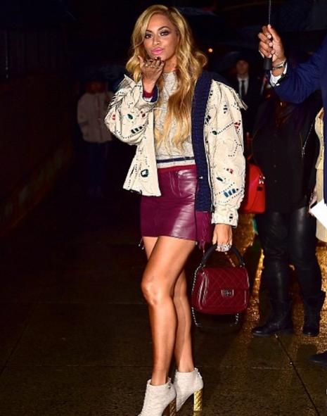 Photos : Beyoncé : la reine des looks stylés fait une apparition surprise au défilé Chanel !
