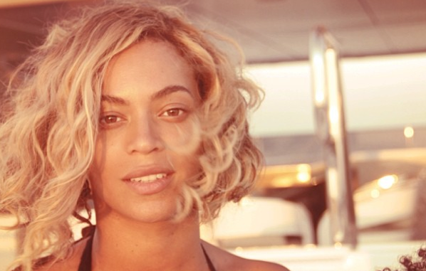 Sans make-up, Bey est au top !