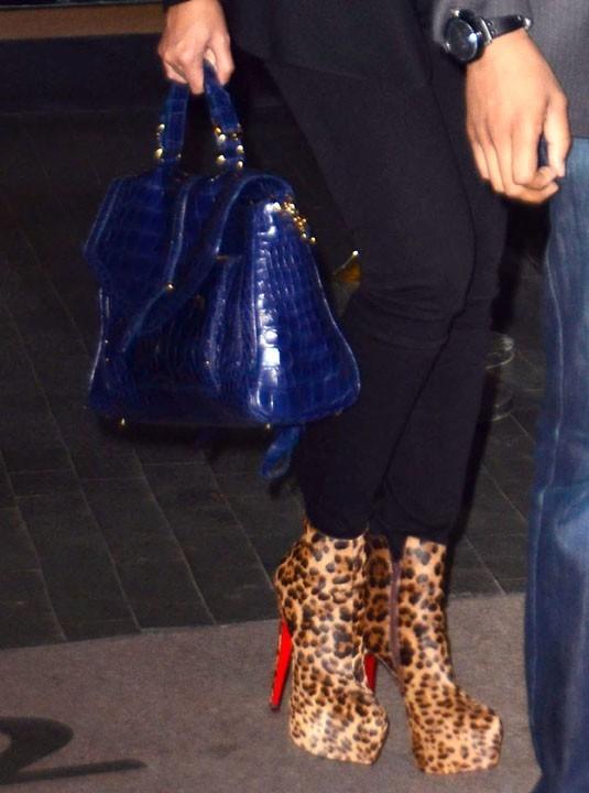 Talons léopard et sac bleu tape-à-l'oeil !