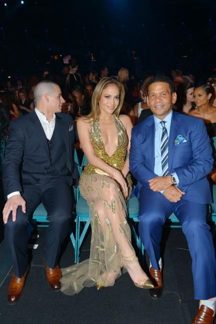 Casper Smart, Jennifer Lopez, et son producteur Benny Medina lors de la cérémonie des Billboard Music Awards à Las Vegas, le 19 mai 2013.