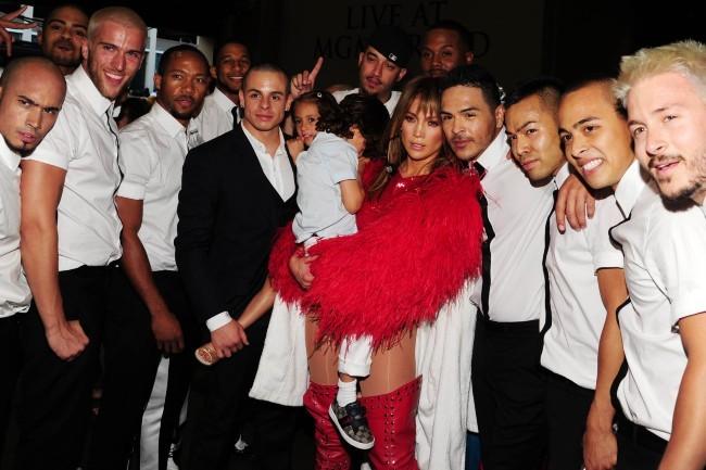 Jennifer Lopez, son amoureux Casper Smart et ses jumeaux Max et Emme dans les backstage des Billboard Music Awards à Las Vegas, le 19 mai 2013.