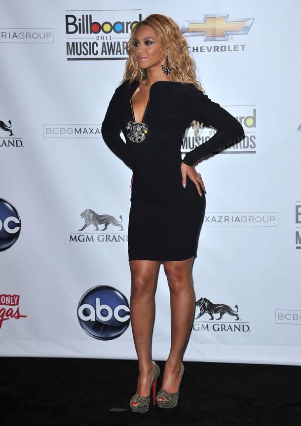 Sexy en robe noire, comme dans le body transparent qu'elle a enfilé juste après !