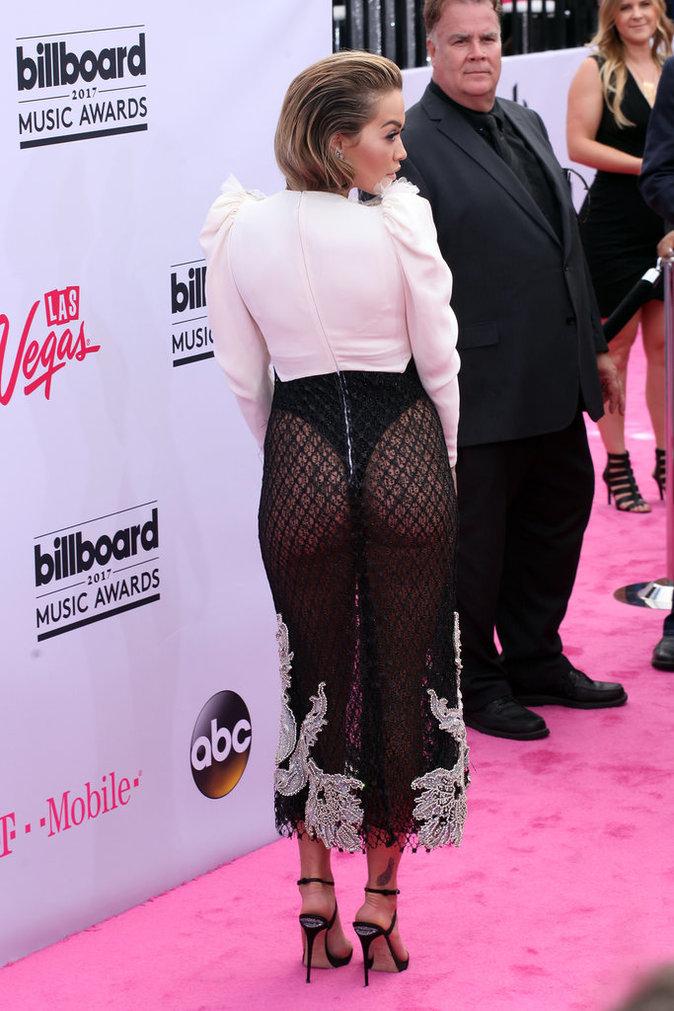 Billboard Music Awards 2017 : Rita Ora dans une robe osée, la chanteuse montre ses fesses !