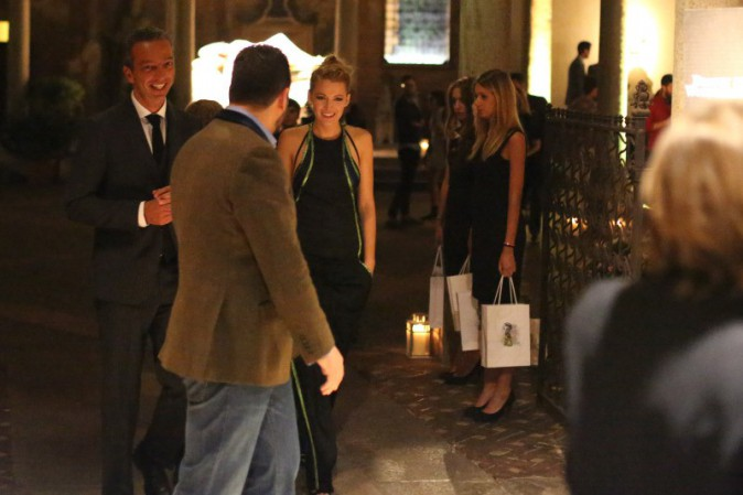 "Blake Lively quitte la soirée ""Beauty in Wonderland"" à Milan, le 19 septembre 2013."