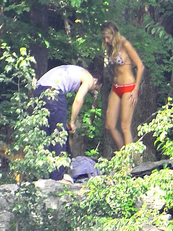 Blake Lively et Ryan Reynolds au bord d'un lac (2012)