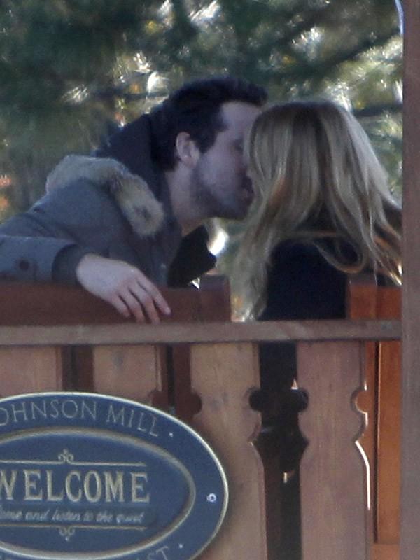 Blake Lively et Ryan Reynolds s'embrassent dans un parc (decembre 2011)