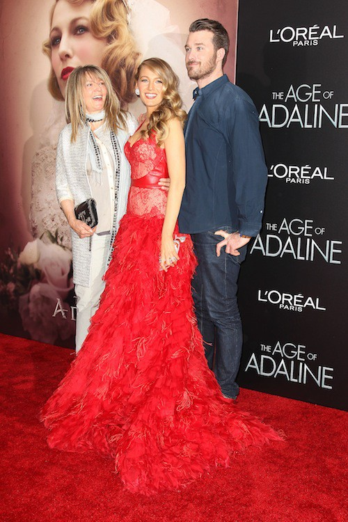 Blake Lively et sa mère, Elaine, et son frère Eric, à la première du film Adeline à New York, le 20 avril 2015