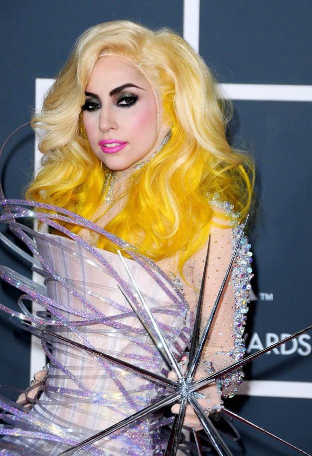 Lady Gaga et ses cheveux jaunes aux Grammy Awards en 2010